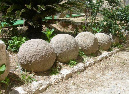 Vedere le sfere di pietra sparse per Cagliari: i resti di antiche guerre