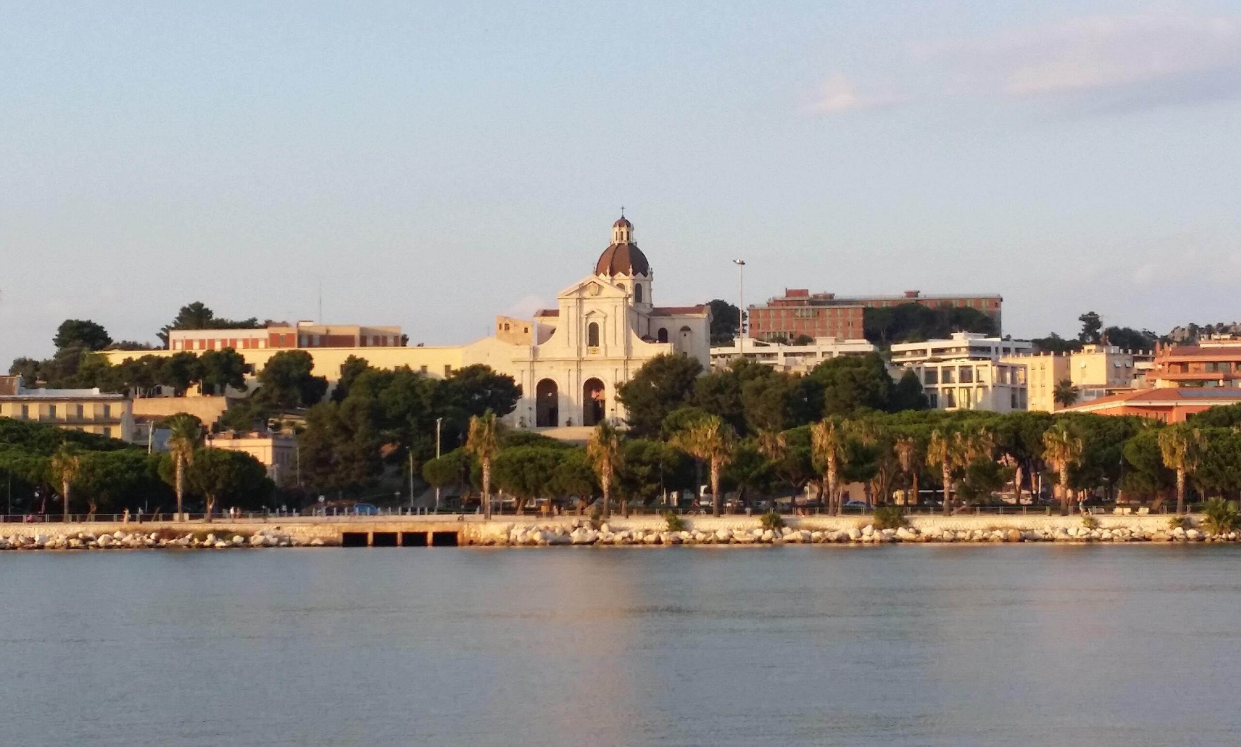 Foto della Basilica di Bonaria a Cagliari vista dal mare